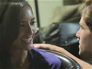 Chloe Amour boinks in her boyfriends fresh car