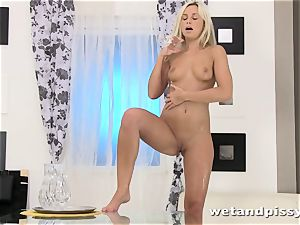 Dido angel packs her glass with urinate