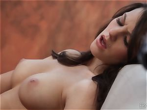 Kiera Winters satiates her naughty pussyhole