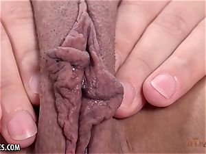 Luna Leve plays with her succulent lips solo